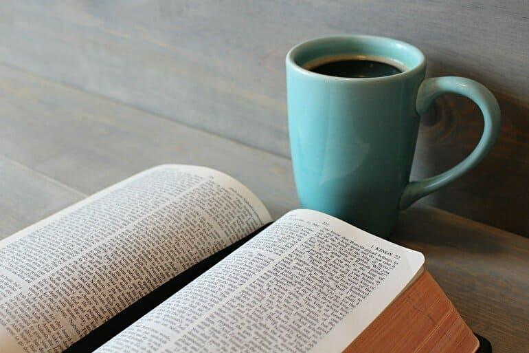 英語の本とコーヒー