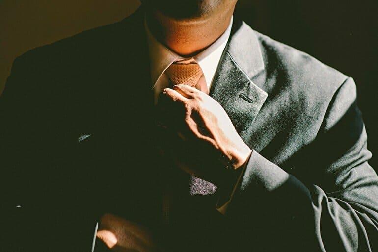 ネクタイしめるビジネスマン