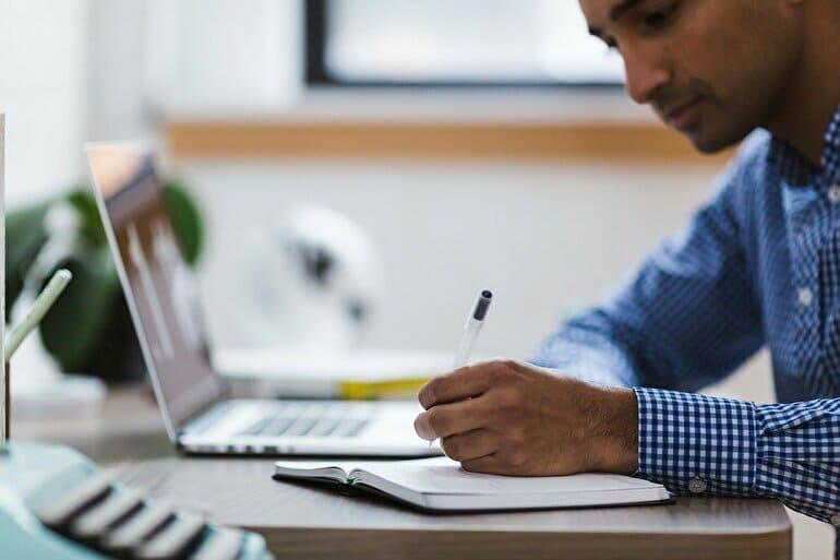 勉強する男性とパソコン
