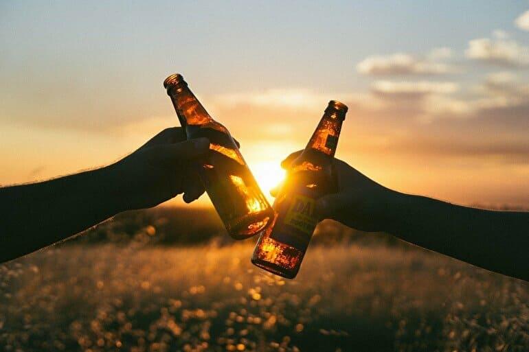 2本のビール瓶で外で乾杯
