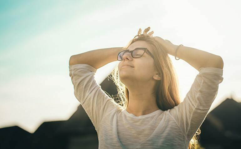 太陽を見る女性