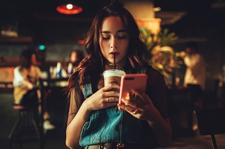 アプリを使っている女性