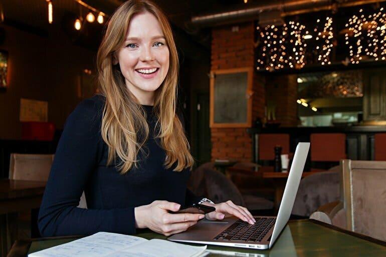 女性パソコン笑顔