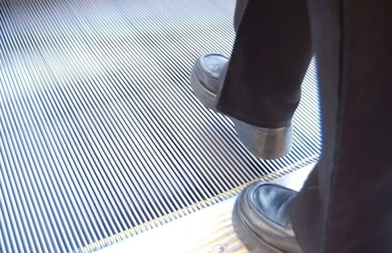 ビジネスマンの靴 一歩踏み出す