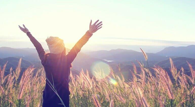 自然の中にいる自由な女性