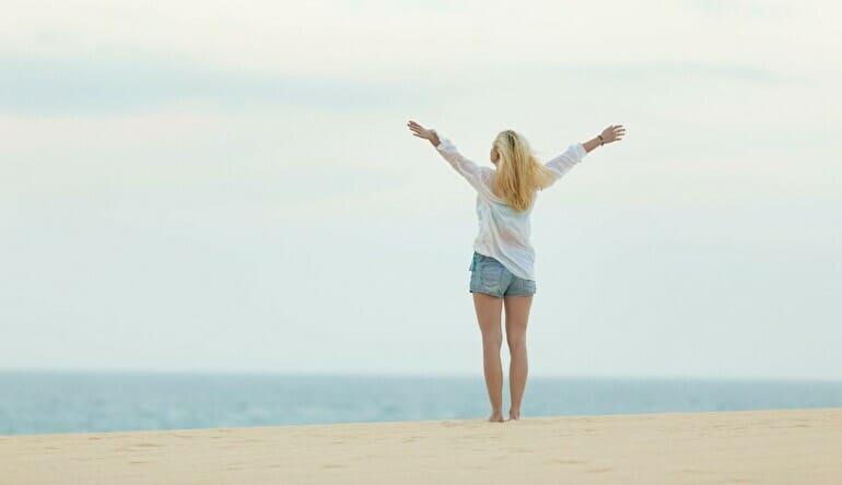 自由になりたい女性ビーチ
