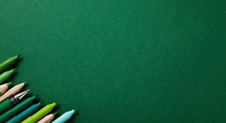 緑の背景とペン