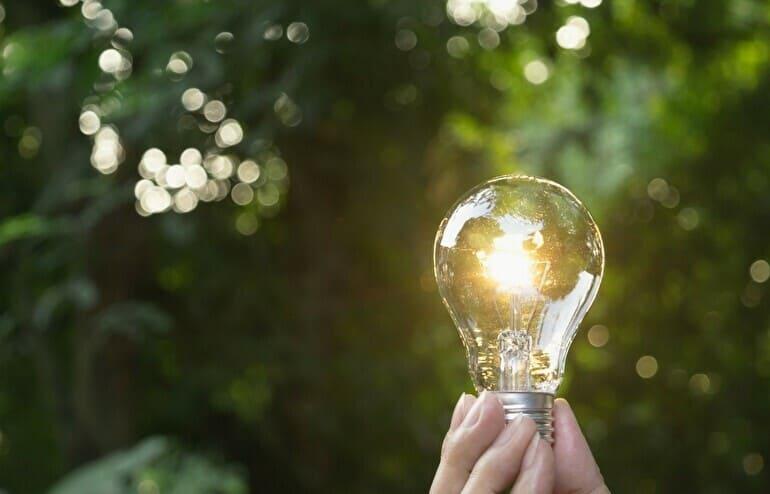 緑の背景に電球
