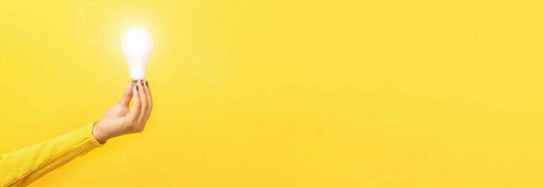 黄色背景と電球