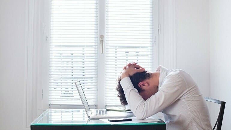 仕事悩む男性