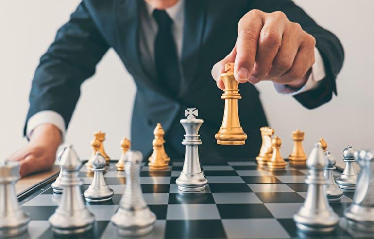 チェス 駒を動かすビジネスマン