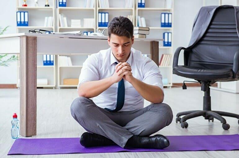 スーツの男性が瞑想している