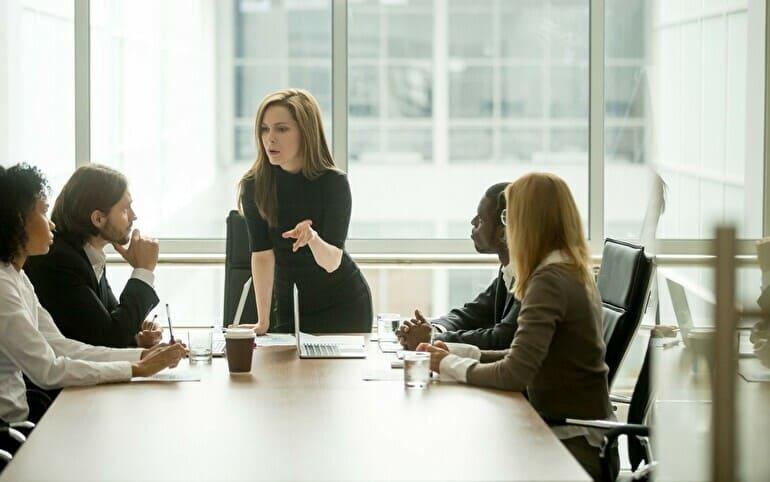 オフィスで女性が指示している