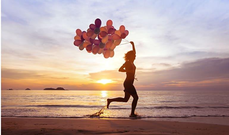 風船もって走る女性